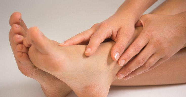 Ejercicios de pie y dedo gordo para hacer con una toalla. Además de la actividad diaria, mantener tus pies saludables es esencial para hacer ejercicio. Es fácil para las personas olvidar los pies durante los entrenamientos hasta que desarrollan problemas con los pies, tales como fascitis plantar. Como el resto del cuerpo, los pies y sus dedos se benefician de los ejercicios de estiramiento y ...