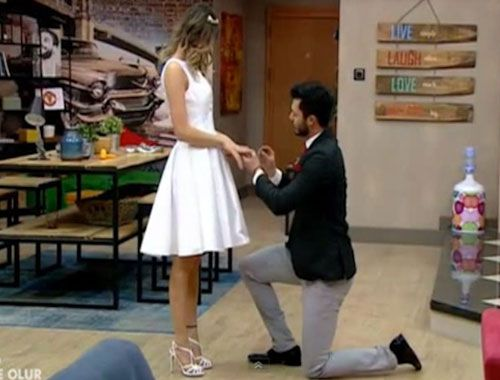 Kısmetse Olur Emre Hazal'a Evlilik Teklif Etti Video :http://www.meraklimedya.net/kismetse-olur-emre-hazala-evlilik-teklif-etti-video.html