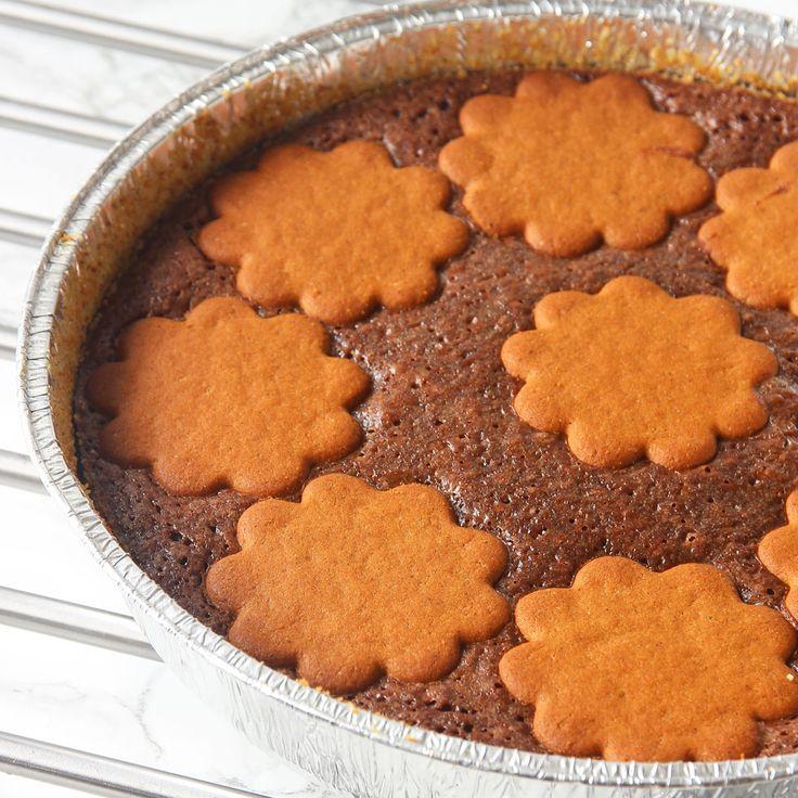 En julig chokladkladdkaka med spröda pepparkakor på toppen!