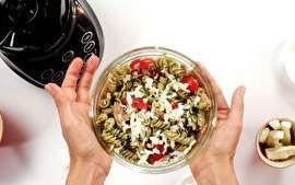 """A nutricionista Andrea Santa Rosa ensina a preparar uma deliciosa salada de massa com pesto de manjericão e castanha do Pará. Acho uma delícia e combina super bem com a ceia de natal"""""""