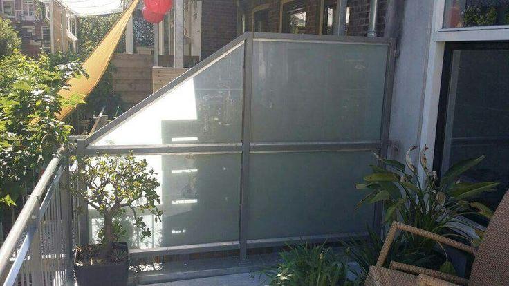 privacyscherm met melkglas # privacyscherm #balkonafscheiding #hek  #melkglas www.trabotrappen.nl
