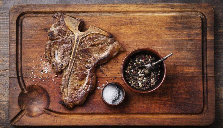 De koningin der Italiaanse vleesgerechten is de bistecca alla Fiorentina: een T-bone steak die wordt gebakken…
