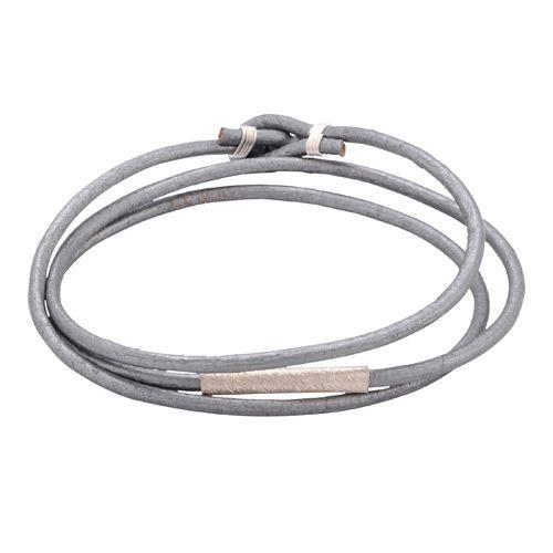Cool og stilrent læderarmbånd til mænd med et enkelt sølvrør. Pris: 549 kr.