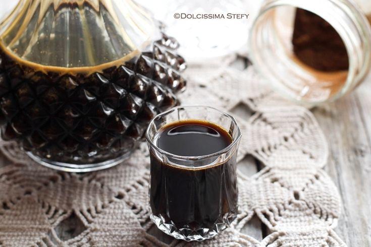 Prepariamo insieme il Liquore alla Liquirizia, perfetto da gustare dopo i pasti come digestivo, delicato e non eccessivamente alcoolico.
