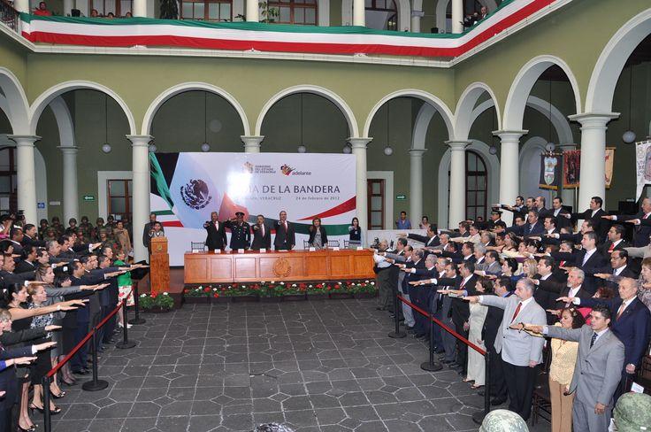 """Los presentes entonaron juntos el juramento a la bandera como parte de la Ceremonia Cívica con motivo del """"Día de la Bandera Nacional"""""""