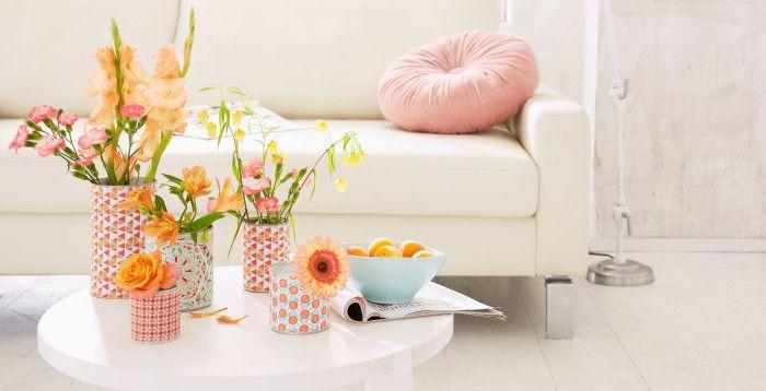 Unter den fröhlichen Stoffmustern auf den Vasen verstecken sich einfache Weißblechdosen. Sie sind so schnell bezogen, dass man auch gleich noch ein paar für die Freundin mitmachen kann …