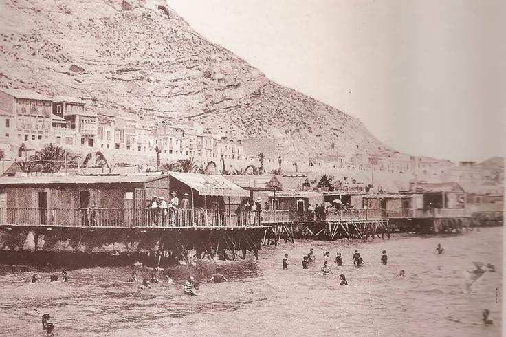 Playa del Postiguet con la Serra Grosa al fondo