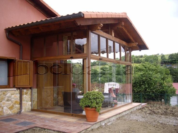 Cerramiento de porche de madera con acristalado de cortinas de cristal porches de madera - Pergolas y porches de madera ...