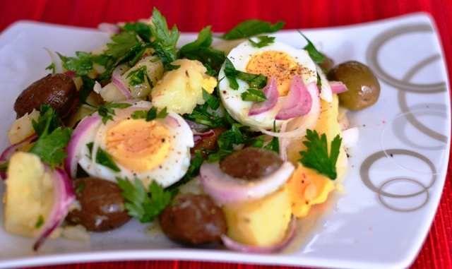 Una dintre cele mai îndrăgite salate românești este cea orientală, mai ales în posturi, cu salată verde sau roșii vara sau cu acrituri iarna și cu loc suficient pentru pește marinat în diverse stiluri