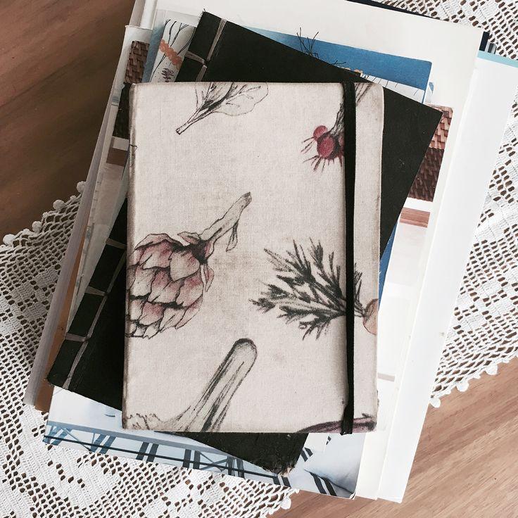 La libreta de @yo_lauraposada se ve así, usada, con historia, con recuerdos, pegotes, rayones y hasta le puso resorte para guardar siempre el lápiz por dentro. Le puso amor. Muéstrame tu cómo la tienes, ¿para qué la usas? ¿adonde la llevas? #fabric #food #illustrated #used #notebook