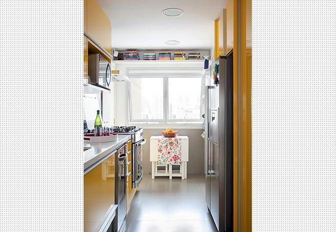 Estreita e comprida, a cozinha tem armários projetados pela arquiteta Claudia Pecego. No vão acima da janela foi colocada uma prateleira, onde ficam os livros de culinária  Fran Parente / Casa e Jardim