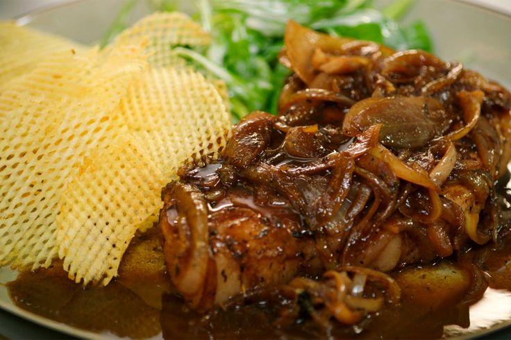 Vandaag staat er oerdegelijke, Vlaamse dagelijkse kost op het menu. Jeroen maakt varkenskoteletten met een saus van gebakken uien en madeira. Hij serveert er pommes gaufrettes bij, aardappelwafeltjes die hij frituurt op hoge temperatuur.