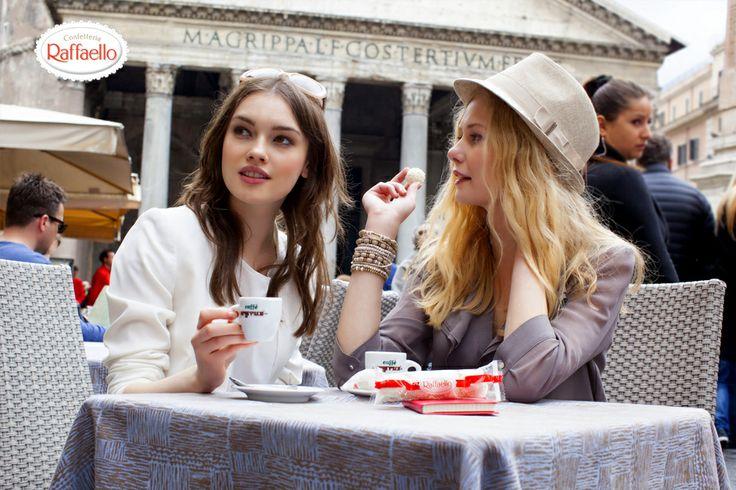 Czy można wyobrazić sobie lepszy odpoczynek niż ten o smaku kawy i ulubionych pralinek Raffaello? Radość z tego momentu jest jeszcze większa, gdy rozmowa przeplata się z gwarem rzymskiej ulicy, a  zabytki są niemal na wyciągnięcie ręki. Kolejne miejsce do odwiedzenia - #Panteon.