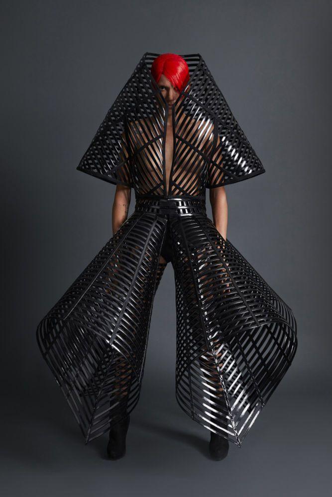 Британский дизайнер Gareth Pugh прославился эксцентричными, футуристическими коллекциями одежды. Его модели будто пришельцы с другой планеты или из далекого-далекого будущего. Новая коллекция дизайнера весна-лето 2018 года, представленная на неделе моды в Лондоне, невероятно привлекла мое внимание. Перед просмотром расскажу немного о самом дизайнере.