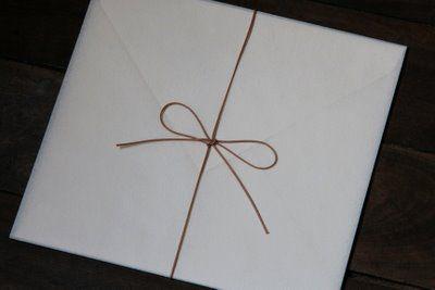 Recebemos muitas perguntas sobre regras de etiqueta para a entrega dos convites de casamento. O ideal é que o convite seja entregue em mãos para o convidad