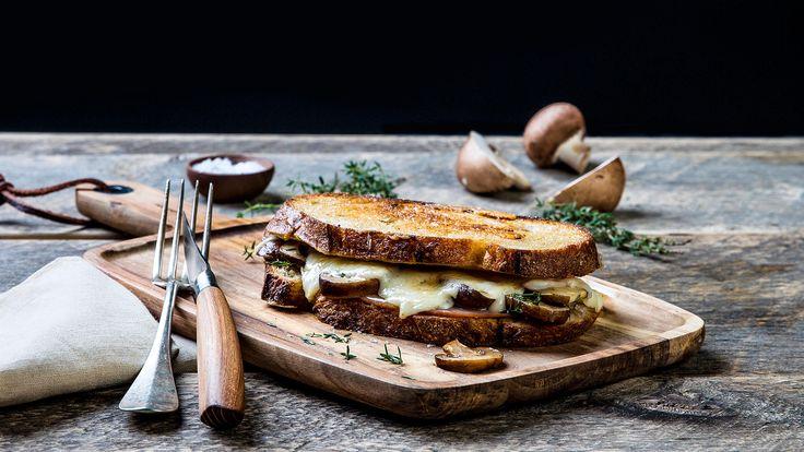 Den hvite geitosten spiller godt sammen med bøkerøkt skinke, aromasopp, søt fikenmarmelade og sennep. Pannestekt eller som toast.