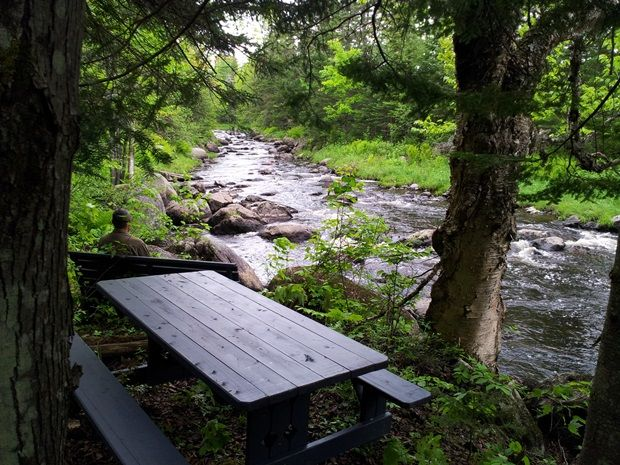 Amoureux de la randonnée pédestre, voici 16 suggestions de sentiers, nouveaux ou moins connus, à découvrir en famille dans toutes les régions du Québec.