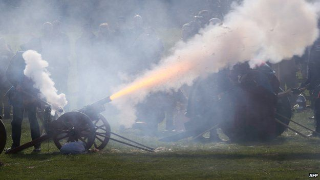 Cannons fire to salute the arrival of the King to Bosworth Battlefield.