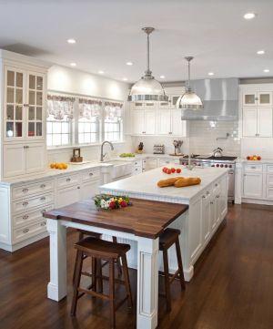 Klasik bir mutfak dekorasyonu örneği. Lamine parke yerler, Beyaz ve ahşap rengin muhteşem uyumu