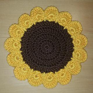 Free Crochet Pattern Download: Sunflower Trivet From http://www.ravelry.com/patterns/library/sunflower-trivet-3