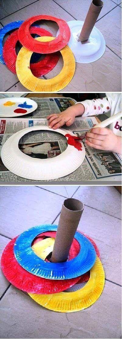 zelf uit karton een ronde knippen met een opening in en samen met de kinderen versieren . Daarna moeten de kinderen het bordje over de steel krijgen zodat ze erin vallen. Stimuleert motoriek, geduld en het vraagt nauwkeurigheid.