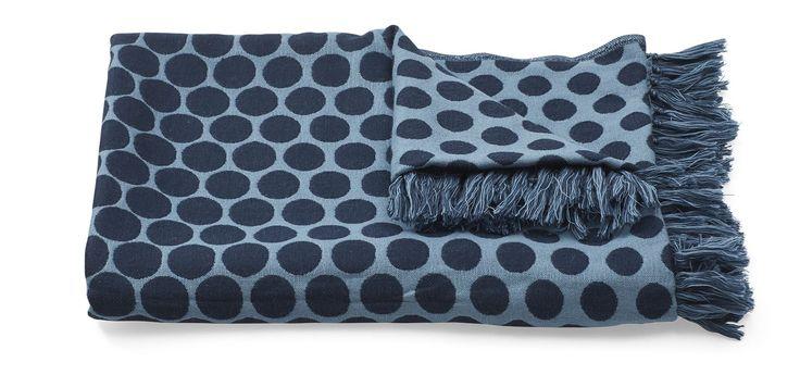 Wool Plaid / En serie bestående av pute og pledd med grafisk motiv og dempede farger.