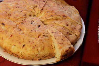 Este pan tiene una textura maravillosa y una corteza firme. Es riquísimo con las sopas cremosas o para acompañar los chiles. Te encantará. Tiempo de preparación – 5 minutos Tiempo de cocción – 3-4 horas Ingredientes: para 16 porciones 2/3 taza de agua templada 1/2 taza de crema agria 3 cucharadas de salsa chunky (ver…