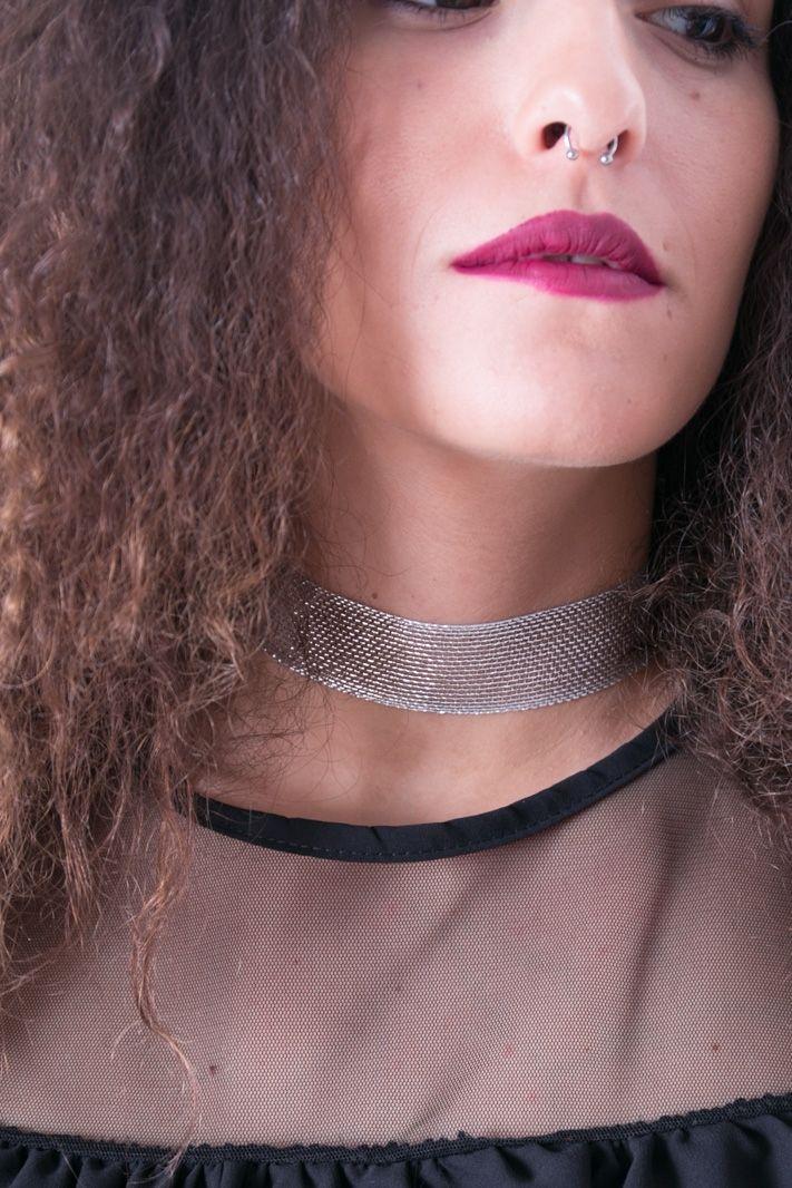 Choker realizzato con un intreccio metallico argentato e dorato. La chiusura è caratterizzata da un fascia metalicca tono su tono e da un gancetto a moschettone. Perfettamente in linea con il trend del momento, è un accessorio elegante e raffinato.  #dani #choker #ecommerce #accessori #donna