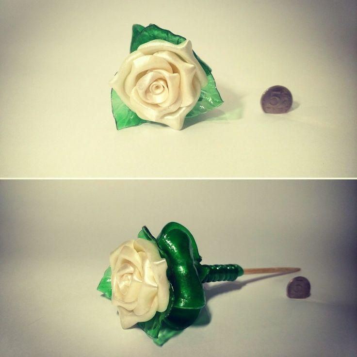 Роза на палочке белая
