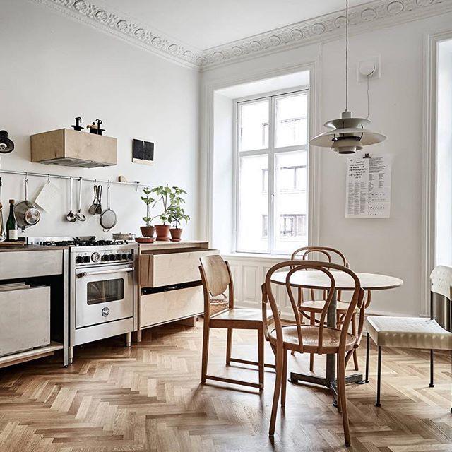 En enastående lägenhet med fantasifulla inredningslösningar✨ Värmlandsgatan 20   3 rok, 85.0 kvm  En elegant 1800-talstrea med generös takhöjd och härligt ljusinsläpp från höga originalfönster i djupa nischer. Lägenheten är mycket välbevarad, och i original från när huset byggdes är även spegeldörrarna, stuckaturen, fodren samt de höga fotlisterna. Eftermiddagssolen strömmar in i vardagsrummet och köket som ligger i fil mot Värmlandsgatan medan sovrummen, som vetter mot en mysig innergård…