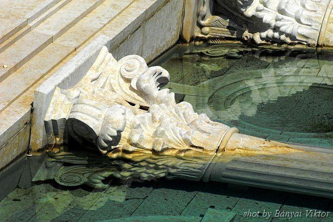 A Blaha Lujza téri régi Nemzeti Színház főhomlokzata sziluettjének részlete a mai Nemzeti színház kertjében by Bányai Viktor