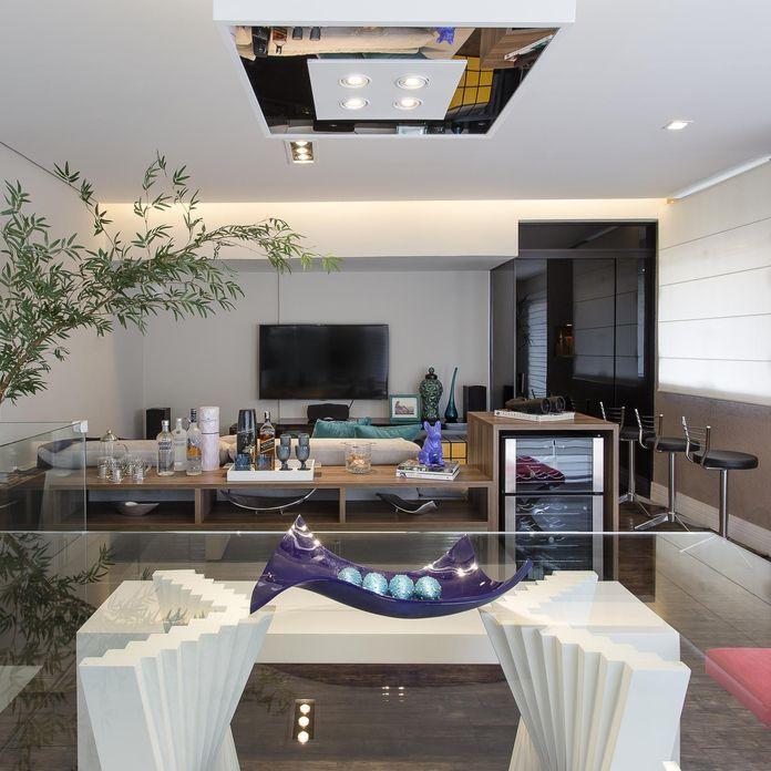 sala de jantar com mesa de vidro e adorno roxo de Sala de Jantar de Ricardo Lopez - Viva Decora