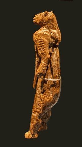 """Uomo-leone di Hohlenstein Stadel. ca. 40.000-35.000 anni fa, forse anche più antico. Avorio di mammut, ca. 30 cm. Sito ritrovamento Grotta Hohlenstein-Stadel, Lonetal, Ulm. . Foto """"Thilo Parg / Wikimedia Commons"""" """"Lizenz: CC BY-SA 3.0"""""""