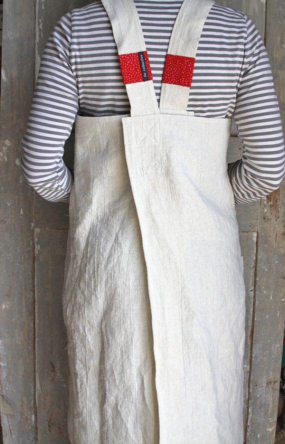 Delantal de este comerciante francés cena-fiesta-digno se resbale sobre su cabeza, y lo colgare maravillosamente en un ajuste a lo largo de la espalda se cruzan. No hay lazos, botones o broches de presión.    Puede ser usado como un delantal, o sobre una camiseta contrastante y polainas para salir de noche.    Con el magnífico peso y textura de lino 100% lino de larga duración, este delantal solo conseguirá más suave y más absorbentes con cada lavado. El colorido pop de color en los tirantes…