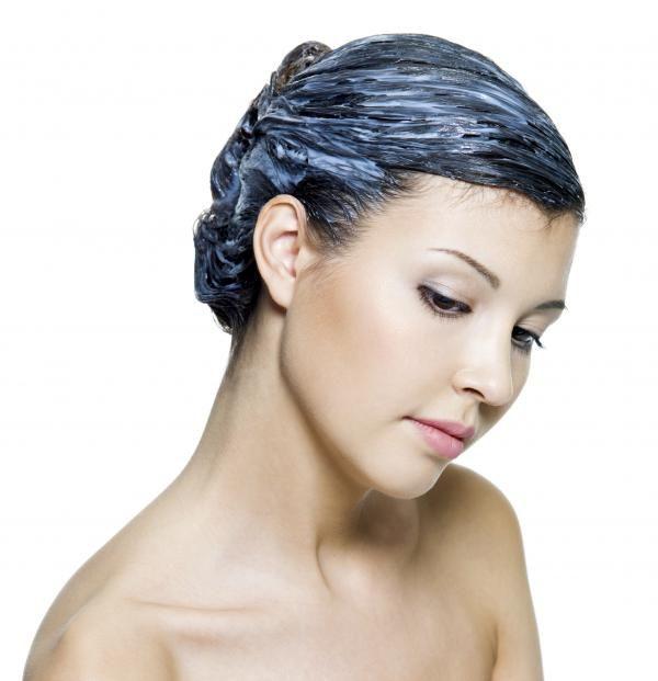 Cómo teñir el pelo de color azul. ¿Pensando en teñirte el pelo de color azul? Al tratarse de una coloración poco natural y un tono que tiene que estar brillante para que luzca bonito, es importante seguir unos pasos concretos que te a...