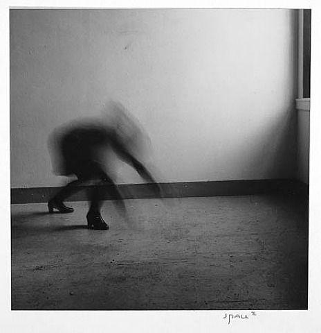 Je ziet beweging in de afbeelding door de vervaging van de persoon, en herhaling