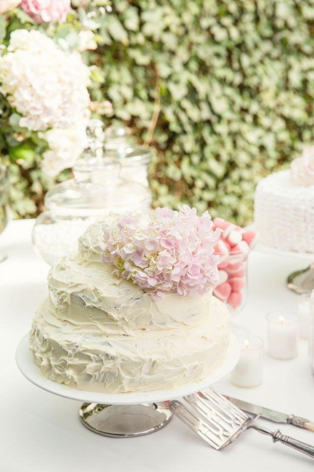 #bruidstaart #wit #bruiloft Stijlvolle bruiloft in Wassenaar | ThePerfectWedding.nl | Fotocredit: Sanne van de Berg Fotografie
