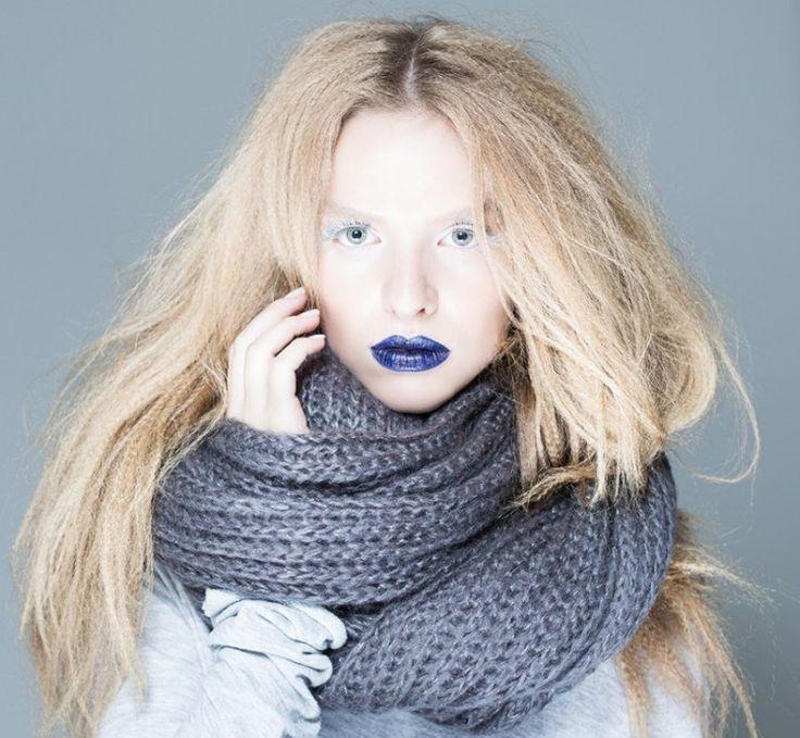 Editorial – Inspire-se: cabelo frisado e boca azul metalizada são tendências Natura lança batom Azul, Roxo, Branco e Preto!