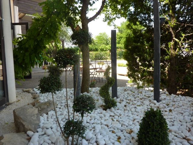 Massif contemporain taupi re piquets d 39 ardoise galets for Decoration jardin galets blancs