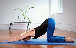 Des raideurs ou des noeuds dans le dos? Le yoga peut aider à les défaire et à soulager les maux de dos, en étirant toute la région dorsale. Voici quelques exercices simples à faire à la maison.