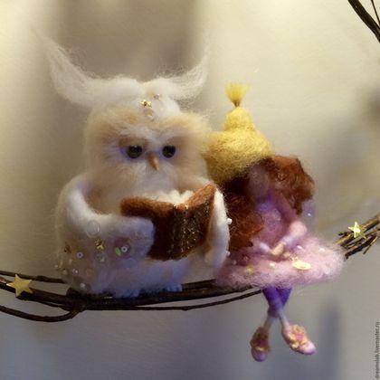 Купить или заказать Валяние 'Сладкие сказки' в интернет-магазине на Ярмарке Мастеров. Эта композиция была сделана как декорация для детской комнаты: сова, как символ мудрости, читает на ночь книгу сказок маленькой феи. Вся композиция выполнена в очень нежных, пастельных тонах. В ней очень много мелких деталей, как например книга, вышитая золотыми нитками и бисером, цветы. Голова и крылья совы, платье феи и цветы вышиты бисером и паетками, что придает особенное очарование и нежность, что…