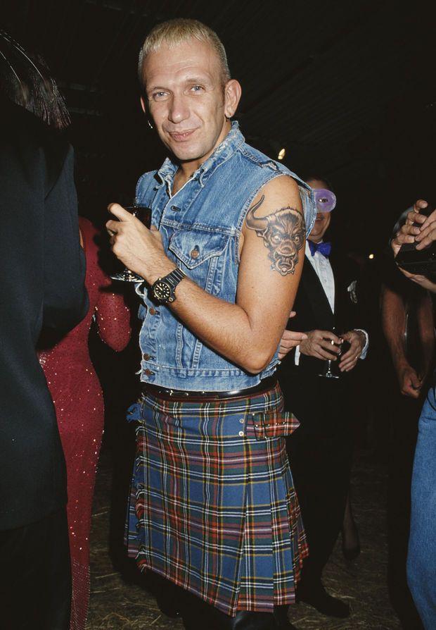 Veste denim coupée, kilt tartan, le look Jean Paul Gaultier fait vibrer les années 1990 - Jean Paul Gaultier, du kilt au corset - Gala