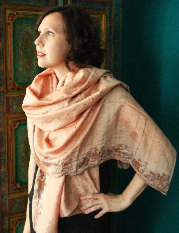 Scialle indiano in sari di seta color rosa cipria http://diwalistore.it/sciarpe-e-borse/sciarpe-e-stole-in-seta/scialle-sari-rosa.html