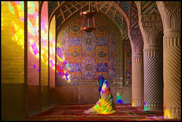 De Masjed-e Nasir al-Molk is een van de fraaiste moskeeën van Shiraz. Veel Iraanse moskeeën hebben een zomer- en een wintergebedshal. Met name de wintergebedshal van deze moskee is van uitzonderlijke schoonheid. Vooral 's ochtends vroeg als de eerste... - Shiraz, Iran | Columbus Travel