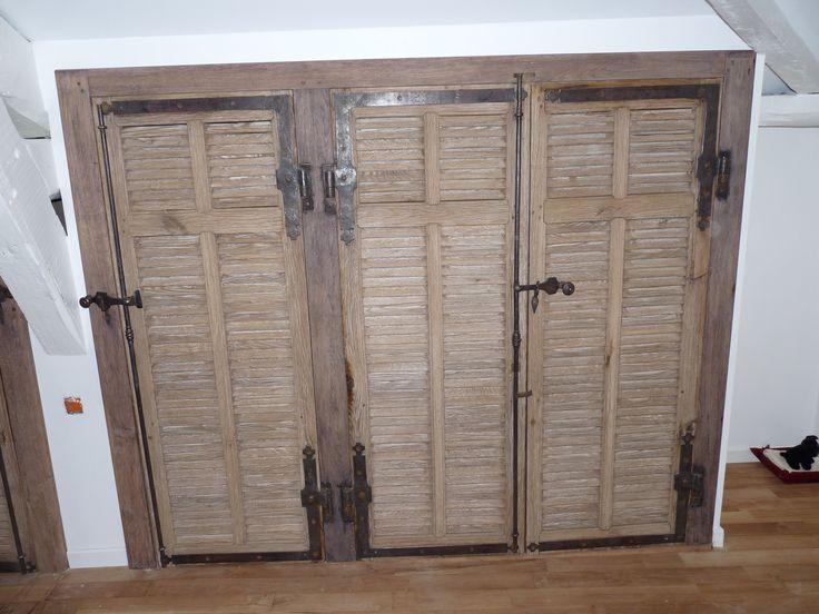 Volets persiennes réutilisés en décoration pour fermer un placard.