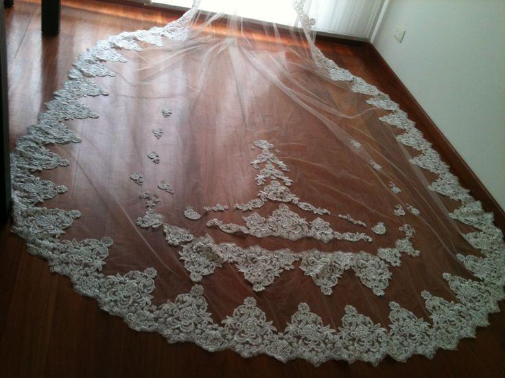 Este velo es ampliamente decorado con encaje y pedrería, de un largo de 4 metros aprox.