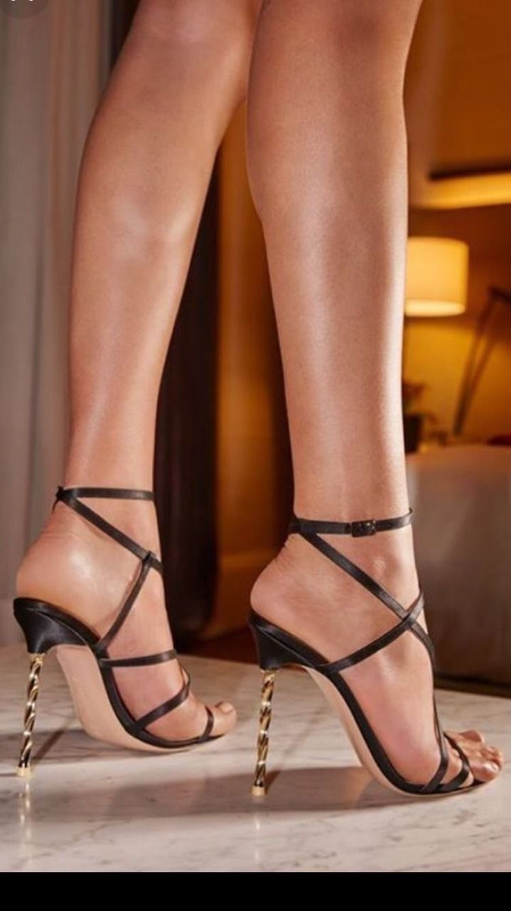 1293e598a92 World of high heels — mesmerizingfeet  Dramatic pose.