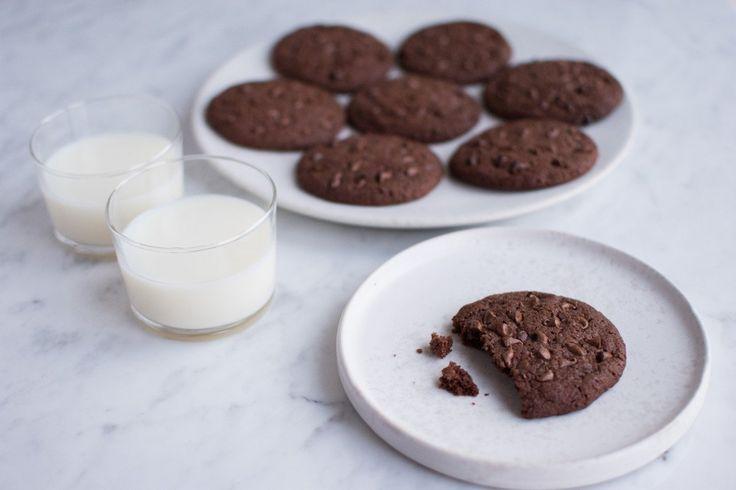 Disse chokolade cookies er suverænt lækre og burde nydes, mens man ser SKAM.