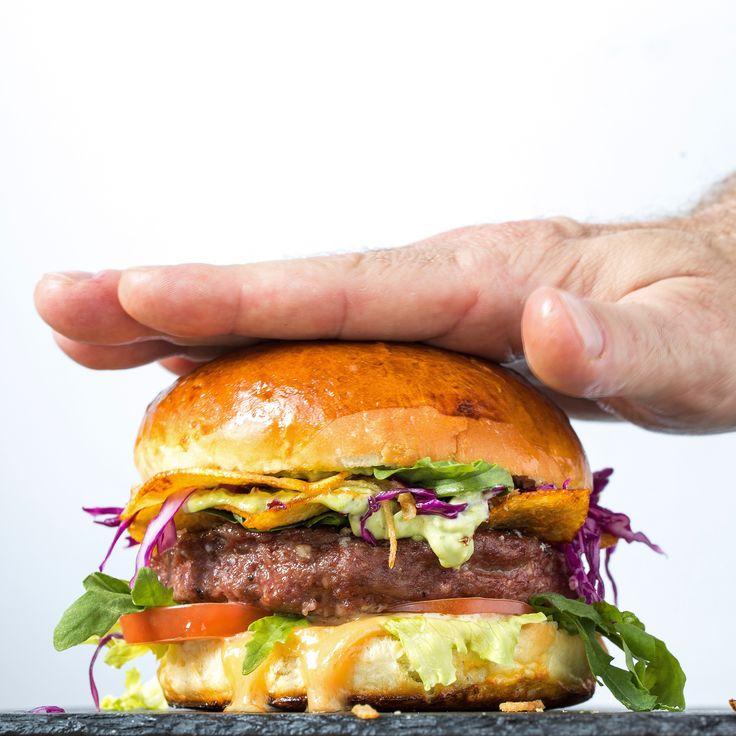 """Булочка состыковалась с сочной котлетой, внутри которой голубой сыр. Между ними овощи, картофельные чипсы с арахисовым соусом и гуакамоле. #POTD #ВИНОИМЯСОРОСТОВ #WINEANDMEAT #LOVEBURGERS #ROSTOVLOVEBURGERS #BEERANDGRILL в меню этот бургер прозвали """"Black Angus Blue Cheese 9"""". Пробуйте по адресу пер. Газетный 99. Тел. +7 (863) 294 40 10"""