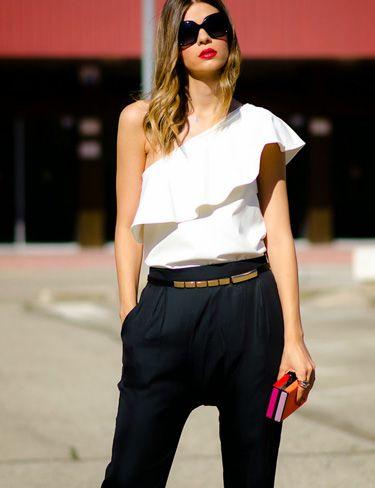 Ms.Treinta combina estos preciosos baggys de Vila Clothes con una basica blanca.